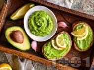 Авокадо пастет с лимонов сок, чесън и зехтин